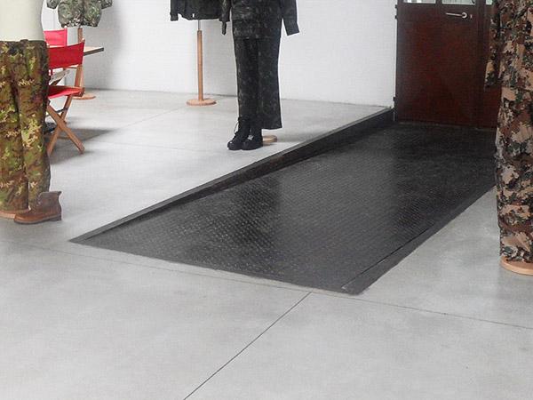 Pavimenti in pvc per interni i pavimenti in pvc nella - Piastrelle antitrauma prezzi ...